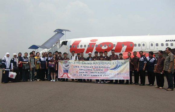Group dari Tim Olimpiade National Jambi yang akan berkompetisi di Manado sedang berfoto di Lion Air sebelum berangkat menuju Manado.