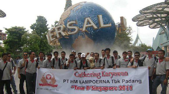 Group dari PT. SAMPOERNA GROUP PADANG yang sedang berfoto di dalam Universal Studios Singapore dengan Paket Liburan Dua Negara Malaysia-Singapore Kami.
