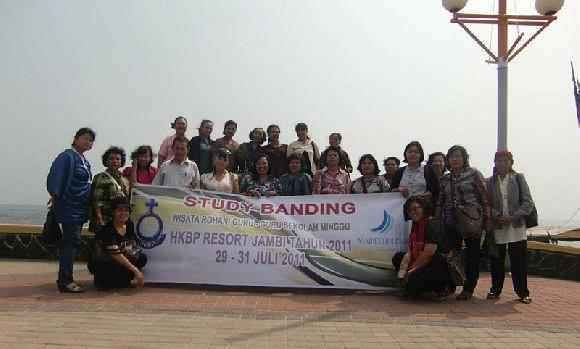 Group dari HKBP Resort Jambi yang terdiri dari guru-guru sekolah minggu yang sedang berfoto di Pantai Ancol, Jakarta.