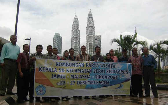 Group Kepala Sekolah SD Se-Kecamatan Serai Serumpun Jambi yang sedang berfoto di Petronas Twin Tower Malaysia dengan Paket Liburan Dua Negara Malaysia-Singapore bersama Kami.